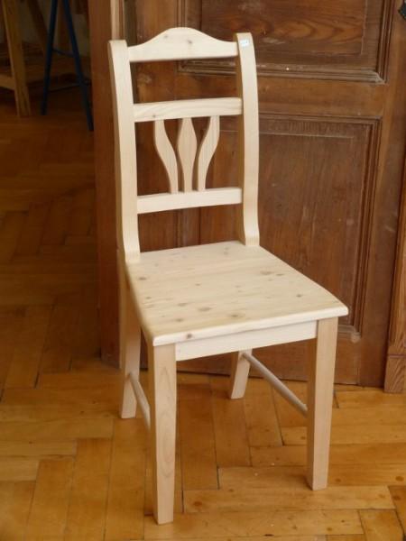 Weißer Stuhl im Landhausstil