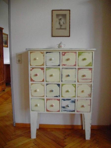 Schränkchen mit bunten Schubladen Landhausstil