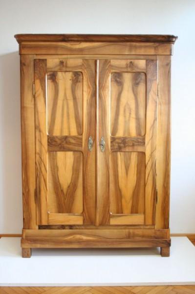 Antiker Nussbaumschrank mit schönem Muster