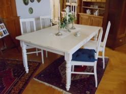 Weiße Sitzgruppe Stühle und Tisch