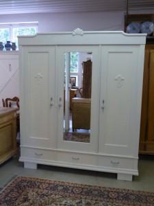 Antiker weißer Schrank