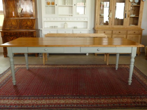 Antiker Tisch Landhaus und Keramikknopf verziert