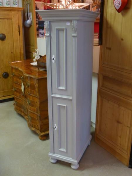 Schmaler weißer Schrank im Landhausstil Seitenaufnahme