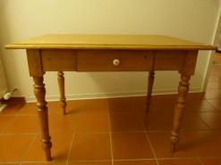 Antiker Esstisch mit Schublade und Keramikknopf