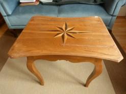 Tischchen aus Eichenholz um 1790, Seiten gezargt, Platte mit Sterneinlage.