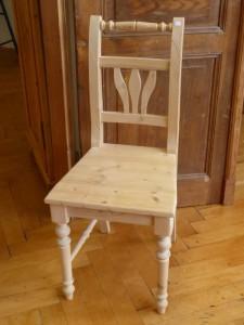 Weißer Stuhl im Landhausstil bei Antike Möbel