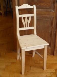 Schöner weißer Stuhl im Landhausstil