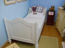 Weißes Bett im Landhausstil